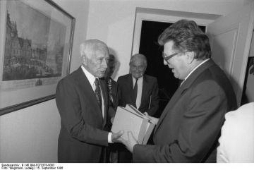 Der Präsident des Deutschen Bundestages, Dr. Philipp Jenninger, empfängt den Schriftsteller Ernst Jünger in seiner Dienstvilla in Bad Godesberg.